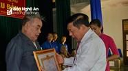 Chủ tịch UBND tỉnh trao Huy hiệu 70 tuổi Đảng tại huyện Nam Đàn