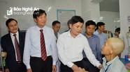 Chủ tịch UBND tỉnh thăm hỏi, chúc Tết bệnh nhân trước giao thừa