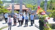 Phó Thủ tướng Vương Đình Huệ dâng hoa tưởng niệm các Anh hùng liệt sỹ tại Nghệ An