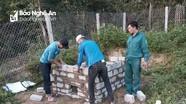 Đoàn viên thanh niên xây hố rác giúp hộ nghèo.