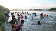 Người dân kéo nhau ra sông Lam giải nhiệt trong ngày nắng đỉnh điểm