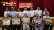 Phó Bí thư Tỉnh ủy Nguyễn Văn Thông trao Huy hiệu Đảng tại Đô Lương