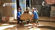 Lực lượng vũ trang và đoàn viên thanh niên giúp người dân khắc phục hậu quả lũ lụt
