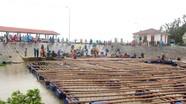 Hàng chục người giải cứu bè nuôi hàu bị lũ cuốn trôi ở Nghệ An