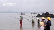 Phụ nữ vùng biển Nghệ An vào mùa câu cá sủ vòi quý hiếm