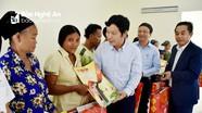 Ban Tổ chức Tỉnh ủy trao quà Tết Vì người nghèo ở Tương Dương