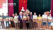 Hội Hỗ trợ gia đình liệt sỹ tỉnh Nghệ An trao tiền hỗ trợ người dân vùng lũ Hưng Nguyên và Thanh Chương