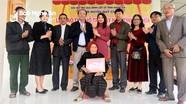 Trao 100 triệu đồng hỗ trợ xây nhà tình nghĩa cho thân nhân liệt sỹ ở Quỳ Châu và Kỳ Sơn