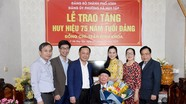 Bí thư Thành ủy Vinh trao Huy hiệu 75 tuổi Đảng cho đảng viên phường Hà Huy Tập