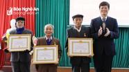 Phó Chủ tịch Thường trực UBND tỉnh trao Huy hiệu Đảng cho đảng viên  tại thị xã Thái Hòa