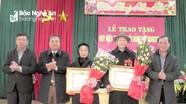 Trưởng Ban Nội chính Tỉnh ủy trao Huy hiệu Đảng cho đảng viên tại Yên Thành