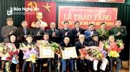 Lãnh đạo tỉnh trao Huy hiệu Đảng cho đảng viên các địa phương
