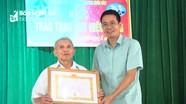 Tân Kỳ trao Huy hiệu Đảng cho các đảng viên
