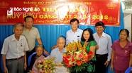 Bí thư Thành ủy Vinh trao Huy hiệu Đảng cho đảng viên lão thành