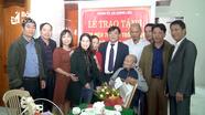 Trao Huy hiệu Đảng cho đảng viên ở thành phố Vinh
