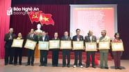 Trao Huy hiệu Đảng cho các đảng viên ở TP Vinh, thị xã Hoàng Mai