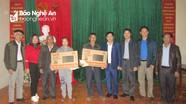 Ban Tổ chức Tỉnh ủy thăm, tặng quà Tết người nghèo tại Quế Phong, Đô Lương
