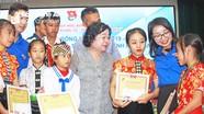 Nguyên Phó Chủ tịch nước Trương Mỹ Hoa trao học bổng Vừ A Dính cho học sinh dân tộc thiểu số Nghệ An