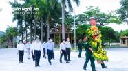 Đồng chí Nguyễn Văn Thông dâng hoa, dâng hương tại Nghĩa trang liệt sĩ quốc tế Việt-Lào
