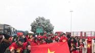 Hàng ngàn cổ động viên Việt Nam đội tuyết  cổ vũ cho đội nhà