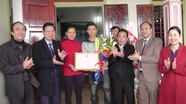 Lãnh đạo huyện Yên Thành chúc mừng cầu thủ  Văn Đức và  Xuân Mạnh