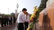 Đoàn đại biểu tỉnh dâng hoa báo công với Bác tại Quảng trường Hồ Chí Minh