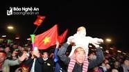 Hàng vạn cổ động viên Nghệ An đổ ra đường ăn mừng chiến thắng của tuyển Việt Nam