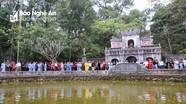 Phật tử chùa Đức Hậu đảnh lễ sư thầy Thích Nhất Hạnh tại chùa Từ Hiếu