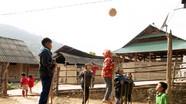 Trẻ em vùng cao Nghệ An trổ tài đi cà kheo đá bóng
