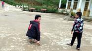 Nghị lực của cậu học sinh người Mông 5 năm liền đến trường bằng đôi tay