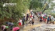 Hàng trăm người vác đá đắp đường vào suối du lịch ở miền Tây Nghệ An