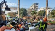 30 Tết, công nhân vệ sinh 'gồng mình' với lượng rác tăng đột biến