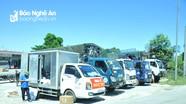Người dân tập kết xe tải ngoài đường tránh để chuyển hàng rời TP. Vinh