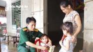 Bộ đội Nghệ An chăm sóc sức khỏe cho người dân vùng lũ