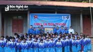 Đoàn Thanh niên cơ quan Tỉnh ủy Nghệ An tặng quà cho học sinh có hoàn cảnh khó khăn