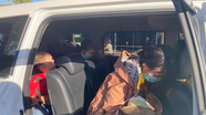 Giúp đỡ vợ chồng mang theo đứa con mới sinh đi xe máy về quê Nghệ An