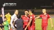 Cầu thủ SLNA và TP Hồ Chí Minh suýt ẩu đả vì chơi bóng bạo lực