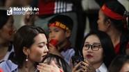 """Bạn gái Phan Văn Đức đọ sắc với """"hot girl"""" CĐV Việt Nam tại Hàng Đẫy"""