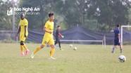 Phan Văn Đức và cầu thủ SLNA tập ké đội trẻ để 'bảo dưỡng' sân Vinh