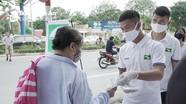Phạm Xuân Mạnh cùng đồng đội SLNA xuống đường phát khẩu trang miễn phí cho người dân