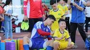 Fan nhí 'đại náo' buổi tập của SLNA và TP HCM trước 'đại chiến' trên sân Vinh