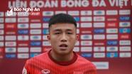Cầu thủ trẻ SLNA nhờ đàn anh Phan Văn Đức 'chỉ giáo' thêm chiến thuật