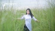 Ngắm nhan sắc ngọt ngào của Á khôi sinh viên trên đồng cỏ lau ở Nghệ An