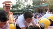 Trao tặng hàng nghìn mũ bảo hiểm cho học sinh lớp 1 ở Nghệ An