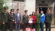 Công an Nghĩa Đàn trao quà hỗ trợ cho học sinh có hoàn cảnh khó khăn