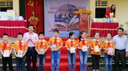 Sở Thông tin và Truyền thông tặng 1.400 quyển sách, vở cho học sinh
