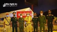 Bộ CHQS tỉnh thăm, tặng quà chốt kiểm soát dịch tại cầu Bến Thủy 2 (TP Vinh)