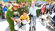 Nữ sinh ngồi xe lăn đi thi THPT Quốc gia ở Nghệ An được giúp đỡ tận tình
