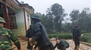 Chiến sỹ biên phòng giúp dân Thanh Chương dọn dẹp sau lũ