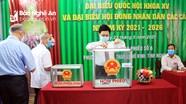 Chủ tịch HĐND tỉnh bỏ phiếu bầu và kiểm tra các điểm bầu cử tại thành phố Vinh